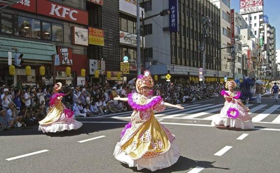 Escolas de Samba na Dinamarca??? Na Argentina??? No Japão??? Eita mundo globalizado (ou seria brasileirizado??)