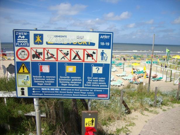 Praia na Holanda: segundo a placa, não se pode fazer quase nada